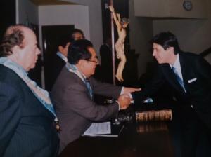 El Dr. Mario Amoretti y el Dr. Alessandro Nanetti en cordial saludo durante el acto de Juramentación.